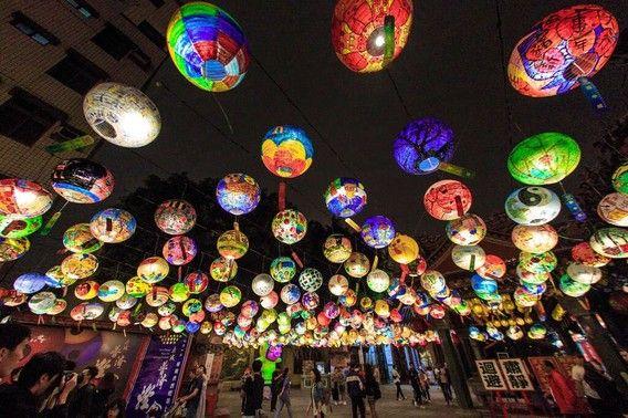 玩咖專欄_台南普濟殿燈會,上千盞彩繪燈籠點亮府城夜空
